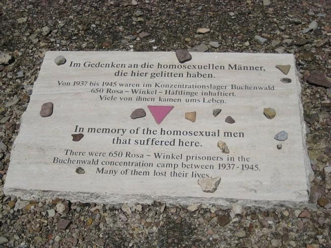 나치가 건설한 부헨발트 수용소에는 650명의 동성애자가 강제로 수감되었다. 그들 중 상당수는 결국 목숨을 잃었다. 유태인이 가슴에 다윗의 별 문양을 단 것처럼, 동성애자들은 가슴에 핑크색 삼각형을 달고 다녀야 했다. - Gorodilova 제공